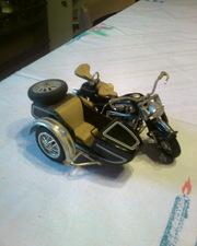 Коллекционные модели автомобилей и мотоциклов.