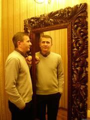 Зеркало в деревянной резной раме.